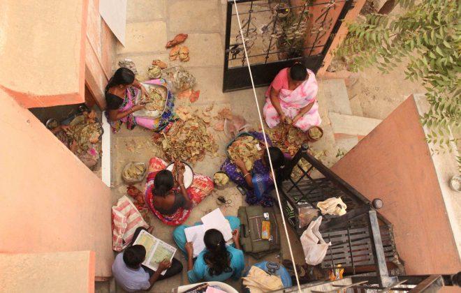 09 - Women rolling beedis at Kumbhari